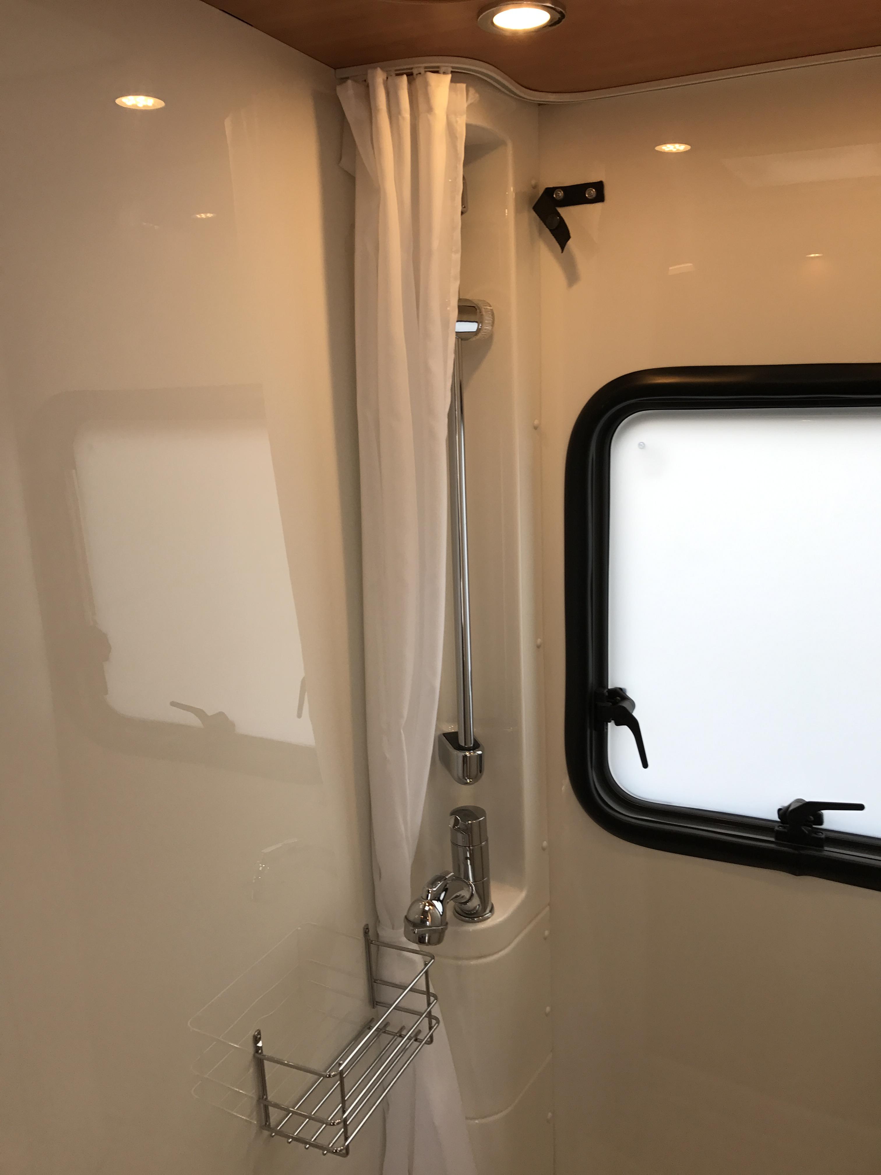 Globebus T4 Automaat Active toiletruimte